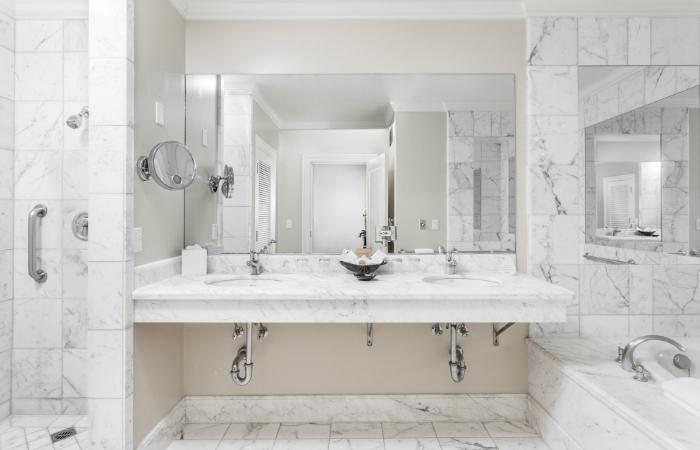 Luxury suites in santa barbara suite hotel montecito inn for Luxury en suite bathroom designs